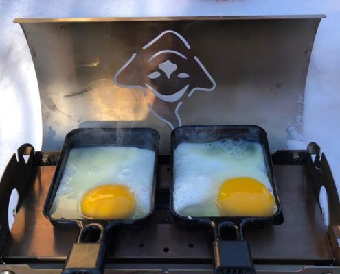 Fouclette, le réchaud tout en un, cuisine des œufs, dans ses poêlons à raclette en randonnée de neige