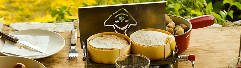 Fouclette en mode plancha pour cuisiner des camemberts chauds dans un dîner entre amis sur le balcon