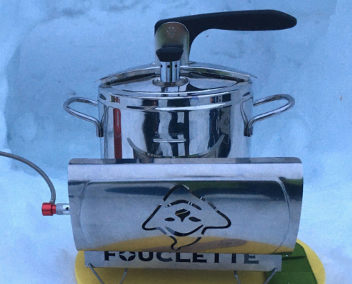 Le réchaud Fouclette sur la neige avec l'autocuiseur en randonnée